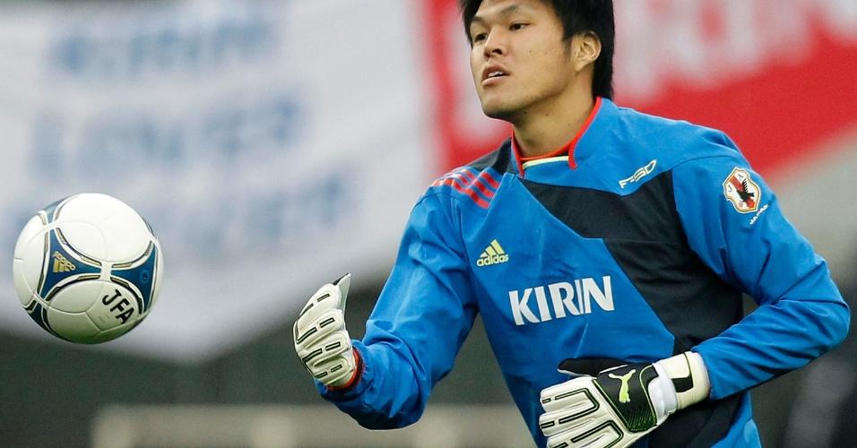 22.fev.2012 - Takuto Hayashi, goleiro do Japão, faz exercícios durante treino antes de jogo contra a Islândia