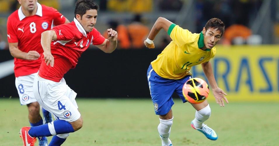 25.abr.2013 - Cristian Alvárez (nº 4), do Chile, tenta conter avanço de Neymar durante amistoso contra o Brasil em Belo Horizonte
