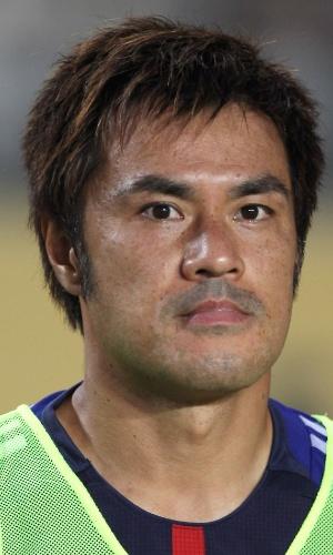 25.jul.2013 - Yuichi Komano, do Japão, se perfila antes de jogo contra a Austrália