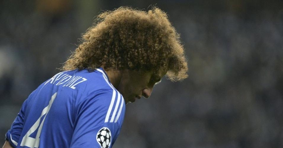 Cabisbaixo, David Luiz lamenta eliminação do Chelsea após perder para o Atlético (30.abr.2014)