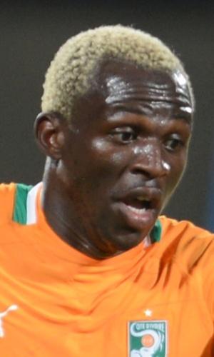 30.jan.2013 - Arouna Koné, da Costa do Marfim, parte com a bola dominada durante a partida contra a Argélia pela Copa Africana de Nações