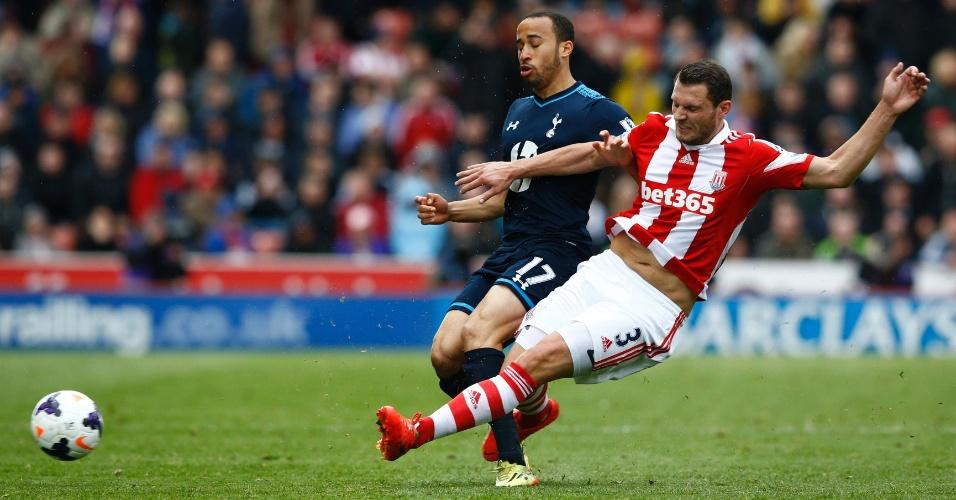 Andros Townsend, atacante do Tottenham, é derrubado durante a partida contra o Stoke City
