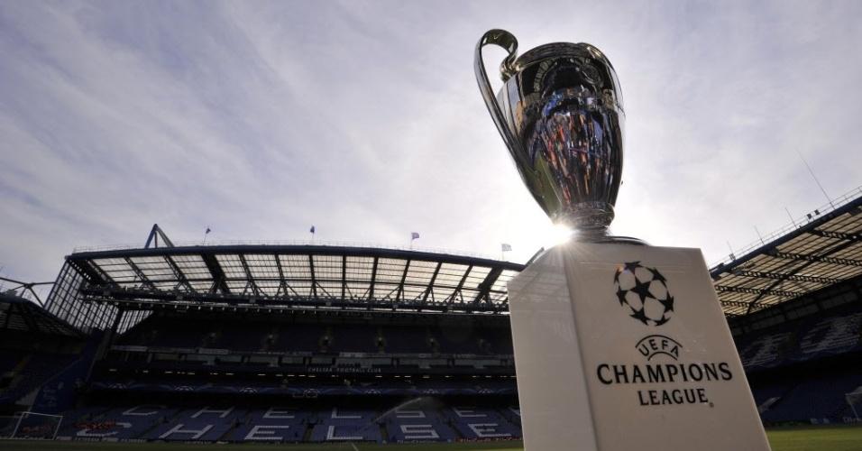 Após assistir à vitória do Real em Munique, taça da Liga vai ao Stamford Bridge (30.abr.2014)