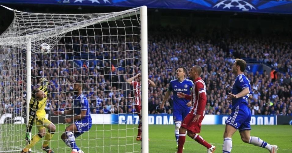 Bola para na rede do gol do Chelsea após cruzamento errado (30.abr.2014)