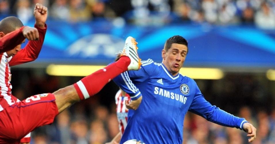 Brasileiro Miranda tenta tirar a bola de Fernando Torres (30.abr.2014)