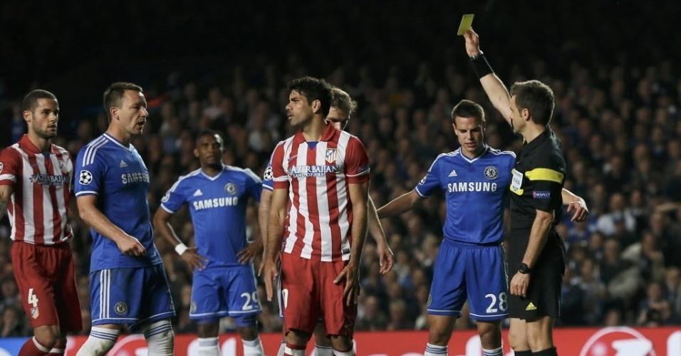 Diego Costa recebe cartão amarelo por demorar para cobrar pênalti (30.abr.2014)