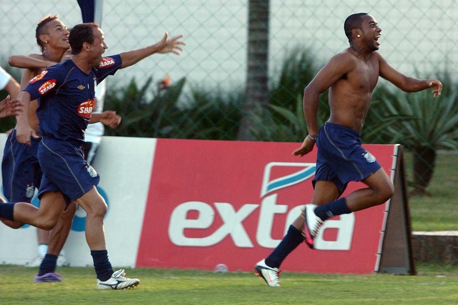 Léo, Neymar e Robinho em treino do Santos na temporada 2010, quando conquistaram dois títulos