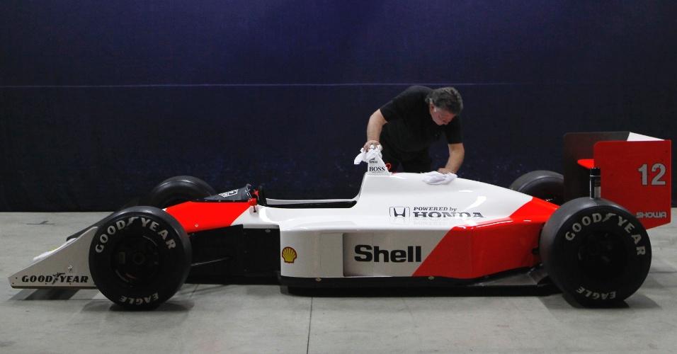 McLaren usada por Senna em seu primeiro título é preparada para exposição em Ímola
