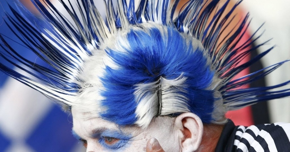 Torcedor usa cabelo nas cores do Chelsea na partida contra o Atletico de Madri (30.abr.2014)