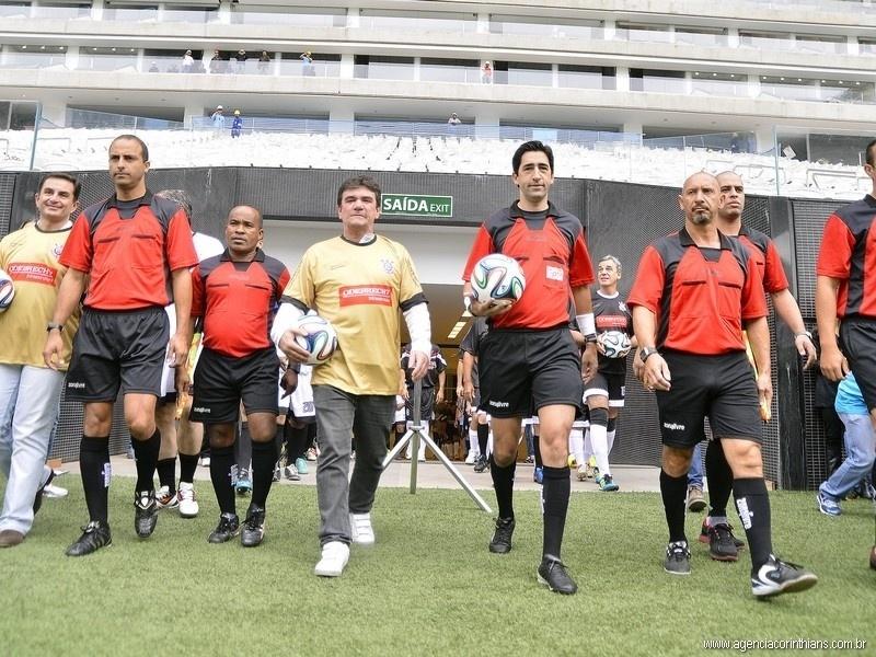 01.mai.2014 - Andrés Sanchez entra no gramado do Itaquerão com a Brazuca, bola da Copa, na mão ao lado do trio de arbitragem do jogo teste do estádio