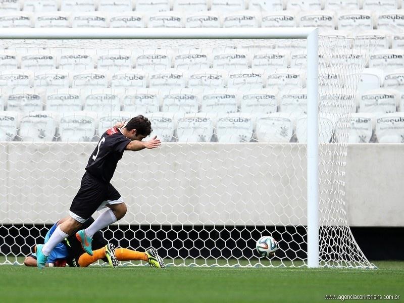 01.mai.2014 - Funcionário da Odebrecht comemora após marcar em jogo teste do Itaquerão