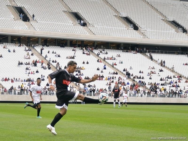 01.mai.2014 - Funcionário domina a bola durante duelo que marcou o teste do gramado do estádio do Itaquerão