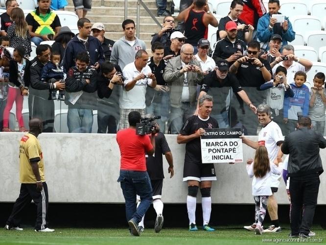 01.mai.2014 - Operário do Itaquerão exibe placa da marca do pontapé inicial do Itaquerão