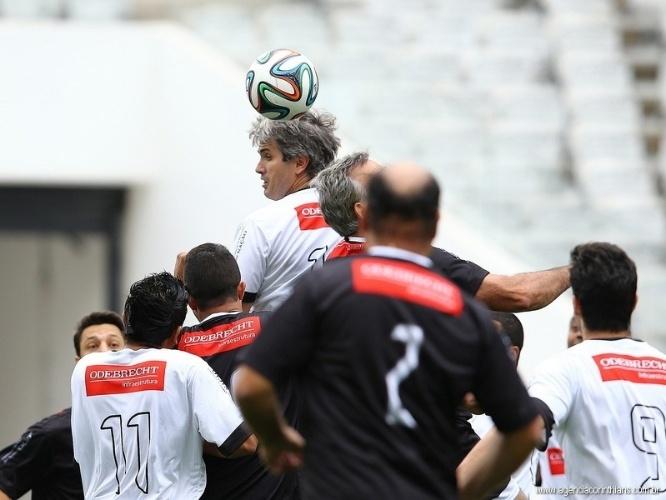 01.mai.2014 - Operários da Odebrecht viveram dia de jogador no feriado de 1º de maio e participaram da partida teste do Itaquerão