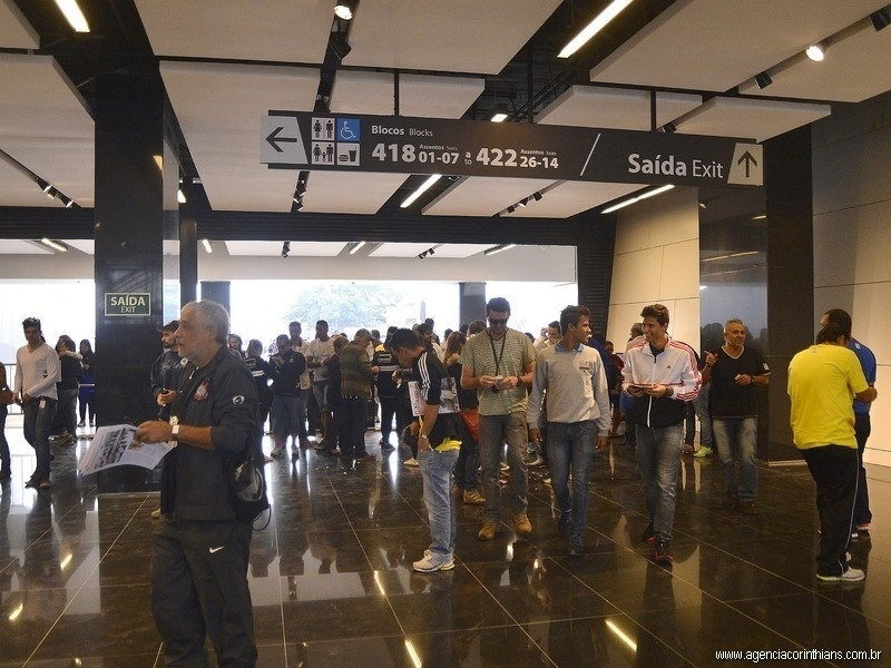 01.mai.2014 - Torcedores procuram as entradas das arquibancadas no interior do Itaquerão antes de jogo teste do estádio