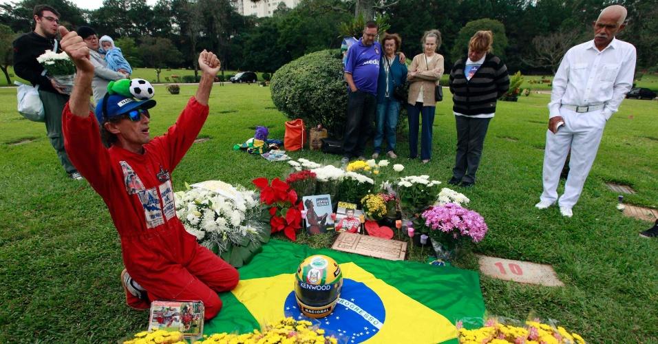 Fã de Ayrton Senna aparece de macacão para homenagear o piloto no Cemitério do Morumby, em São Paulo