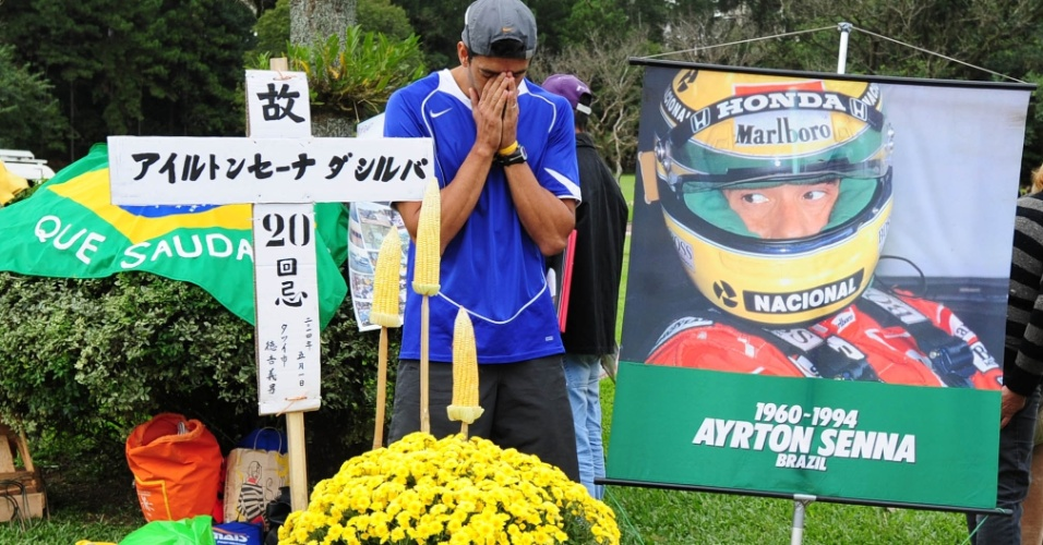 Fã se emociona ao visitar túmulo de Senna, em São Paulo