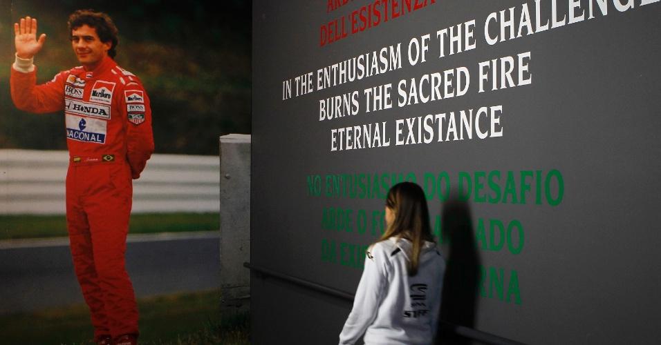 Fãs de Ayrton Senna comparecem a exposição sobre a vida do ex-piloto, no circuito de Imola. A exibição foi feita como forma de homenagem nos 20 anos da morte do brasileiro