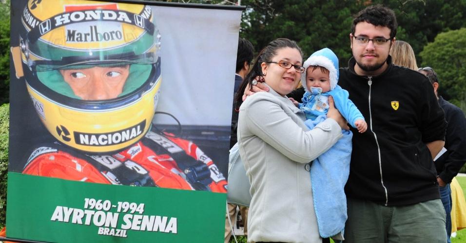 Fãs geeks aproveitam encontro no túmulo de Senna para falar de F-1