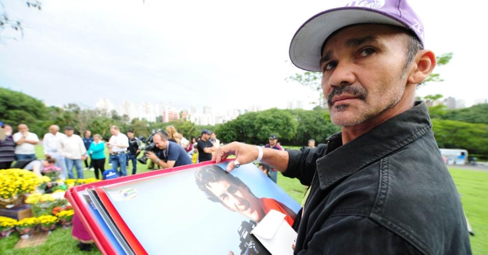 Fãs levaram fotos e outros objetivos para homenagear Senna