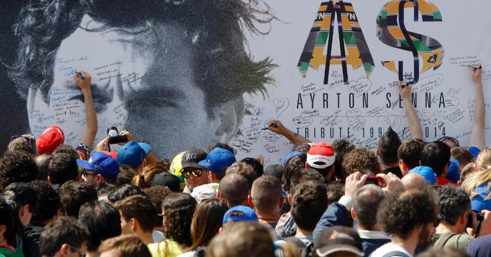 Fãs se espremem para assinar painel de Senna em Ímola