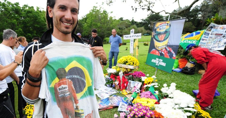 Fãs se reúnem no túmulo de Ayrton Senna, o Cemitério do Morumbi em São Paulo