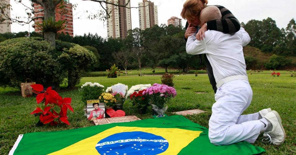 Fãs visitam o túmulo de Ayrton Senna no Cemitério do Morumby, em São Paulo, e choram no dia em que a morte do tricampeão de F1 completa 20 anos