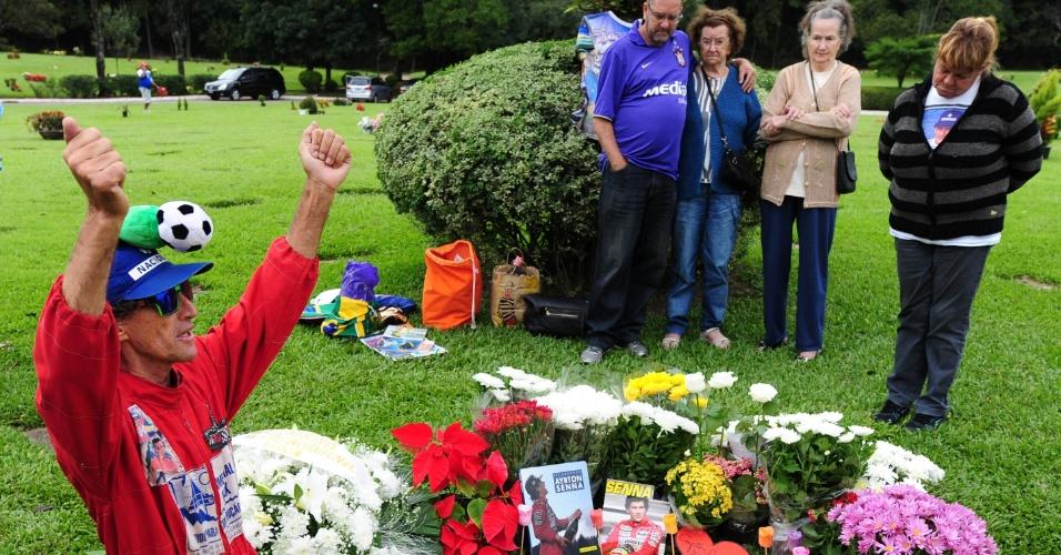 Fãs visitam o túmulo de Ayrton Senna no Cemitério do Morumby, em São Paulo, no dia em que a morte do tricampeão de F1 completa 20 anos