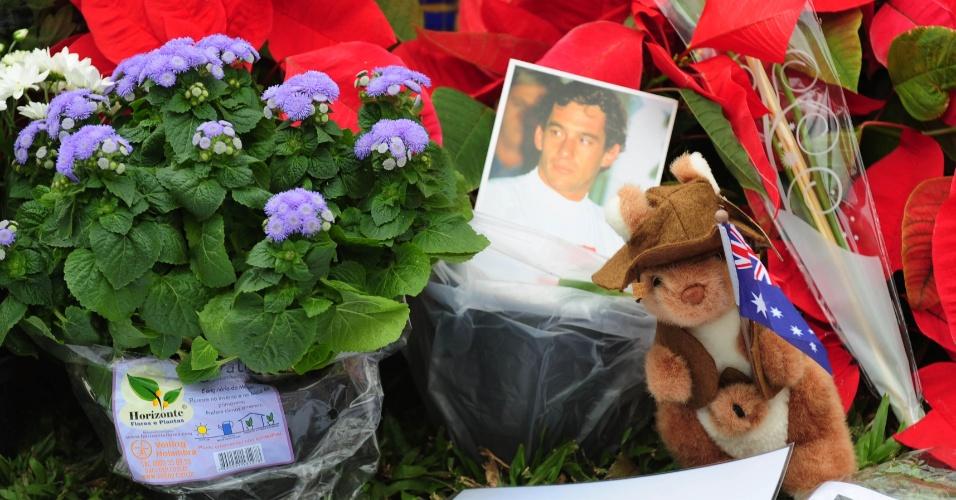 Flores e homenagens dos fãs no túmulo de Ayrton Senna, em São Paulo