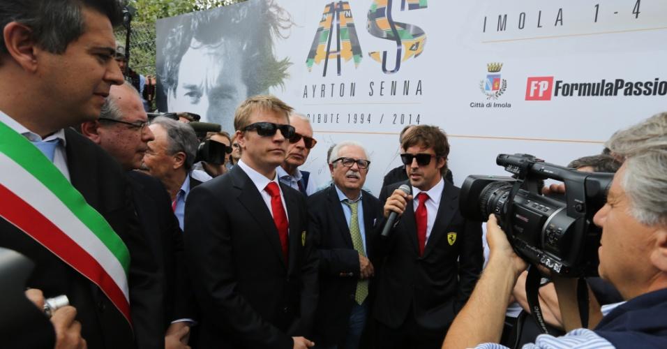Kimi Raikkonen e Fernando Alonso, da Ferrari, participam de cerimônia em Ímola feita em homenagem a Ayrton Senna e Roland Ratzenberger, mortos há 20 anos na pista