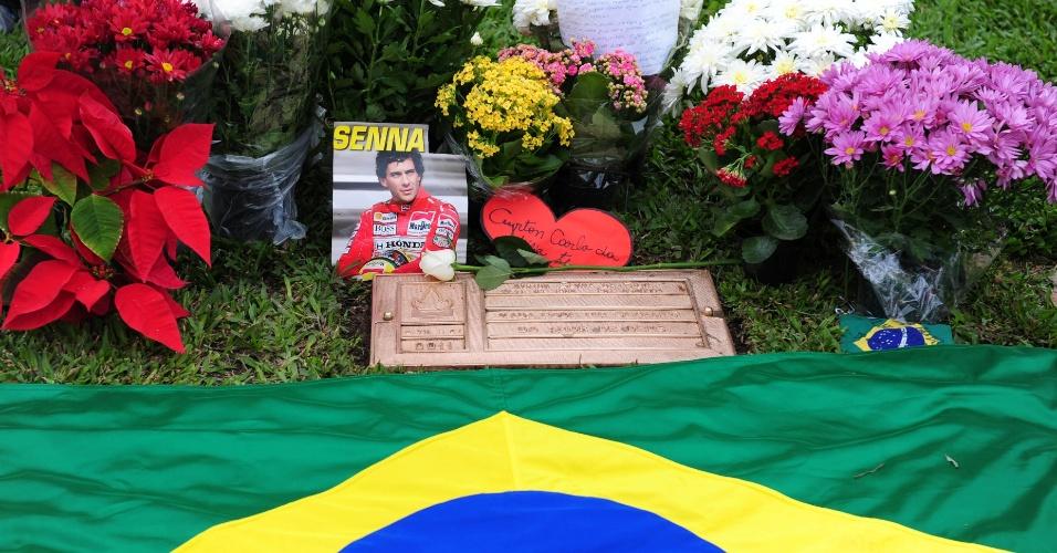 Túmulo de Senna recebe flores; desde o começo da manhã, dezenas de fãs foram prestar homenagens aos ex-pilotos