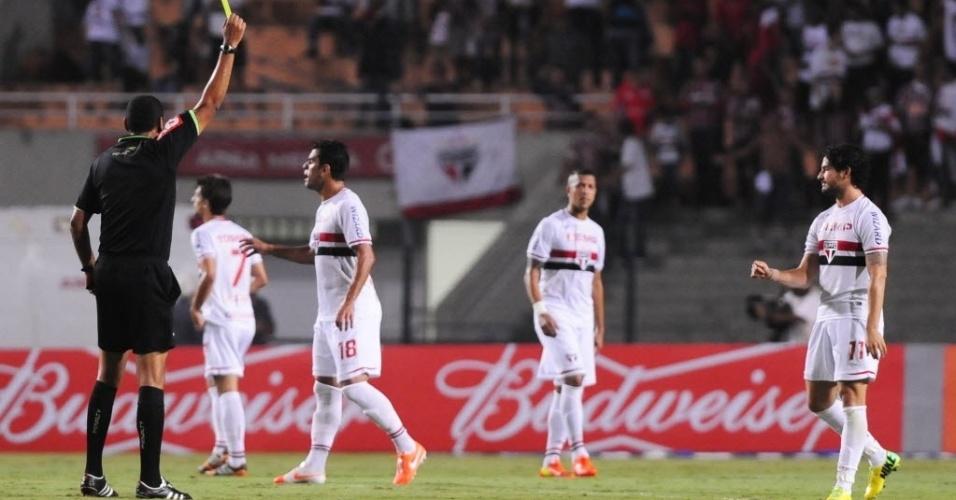 03.mai.2014 - Atacante do São Paulo, Pato levou amarelo por comemoração do gol