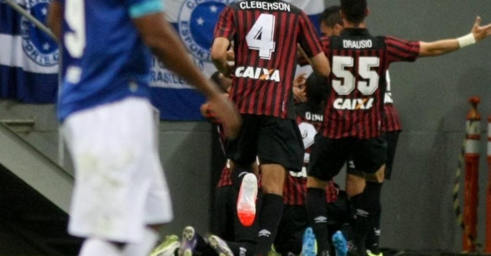03.mai.2014 - Jogadores do Atlético-PR comemoram primeiro gol sobre o Cruzeiro