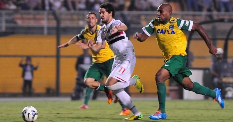 03.mai.2014 - Luccas Claro, do Coritiba, persegue Alexandre Pato, do São Paulo