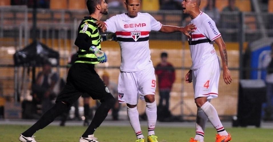 03.mai.2014 - Luís Fabiano afasta briga entre goleiro Vanderlei e zagueiro Antônio Carlos