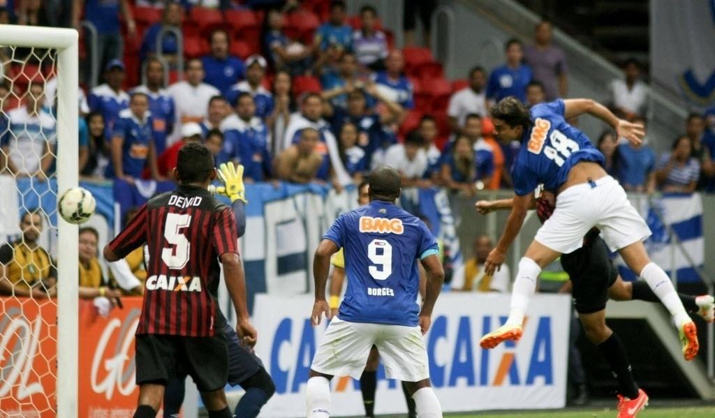03.mai.2014 - Marcelo Moreno cabceia para o gol e virada do Cruzeiro