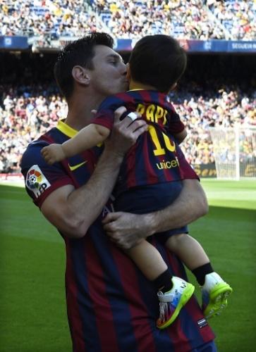 03.mai.2014 - Messi beija o filho Thiago antes de entrar em campo para o jogo contra o Getafe pelo Campeonato Espanhol. O herdeiro do craque argentino foi com a camisa 10 do 'Papi' ao Camp Nou