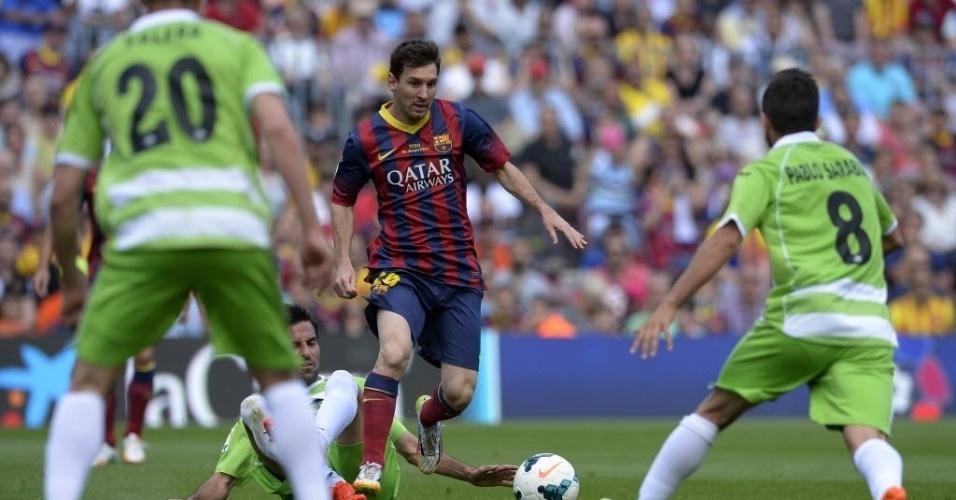 03.mai.2014 - Messi dribla defesa do Getafe em partida válida pela 36ª rodada do Campeonato Espanhol