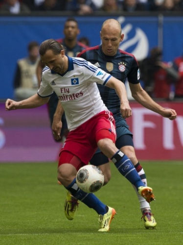 03.mai.2014 - Robben pressiona Petr Jiracek na marcação durante a partida entre Hamburgo e Bayern de Munique