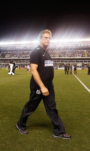 03.mai.2014 - Técnico do Santos, Oswaldo de Oliveira, caminha antes da partida contra o Grêmio