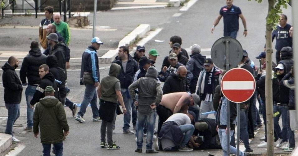 03.mai.2014 - Torcedor fica caído no asfalto após briga do lado de fora do estádio Olímpico de Roma antes da final da Copa da Itália entre Napoli e Fiorentina