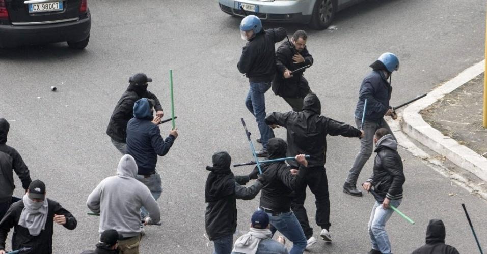 03.mai.2014 - Torcedores de Napoli e Fiorentina brigam do lado de fora do estádio Olímpico de Roma antes da final da Copa da Itália