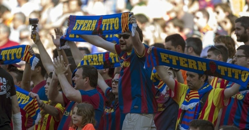 03.mai.2014 - Torcedores do Barcelona prestam homenagem a Tito Vilanova na partida contra o Getafe, no Camp Nou. O ex-técnico do time catalão faleceu no último domingo (27/04)
