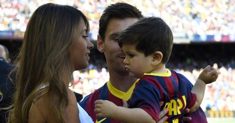 03.mai.2014 - Uniformizado, filho de Messi Thiago vai ao Camp Nou ver o pai jogar na partida contra o Getafe pelo Campeonato Espanhol.
