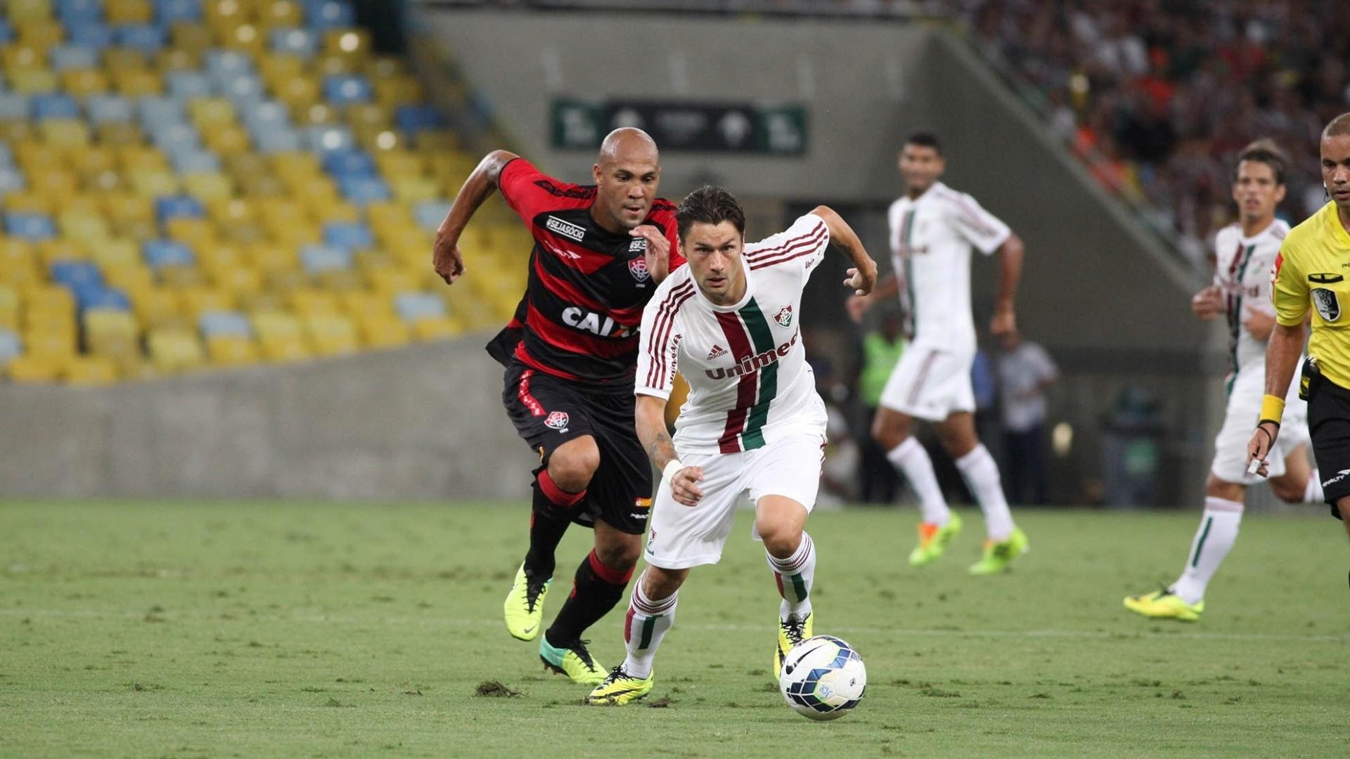 3.mai.2014 - Atacante Rafael Sóbis carrega a bola no gramado do Maracanã na partida contra o Vitória