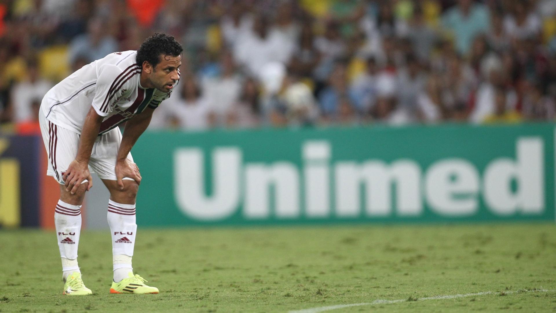 3.mai.2014 - Cabisbaixo, Fred observa a movimentação durante a partida entre Fluminense e Vitória