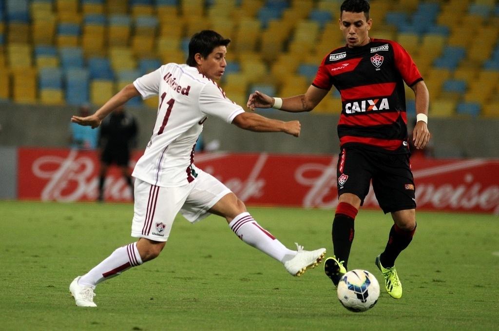 3.mai.2014 - Conca tenta passe durante a partida entre Fluminense e Vitória, no Maracanã