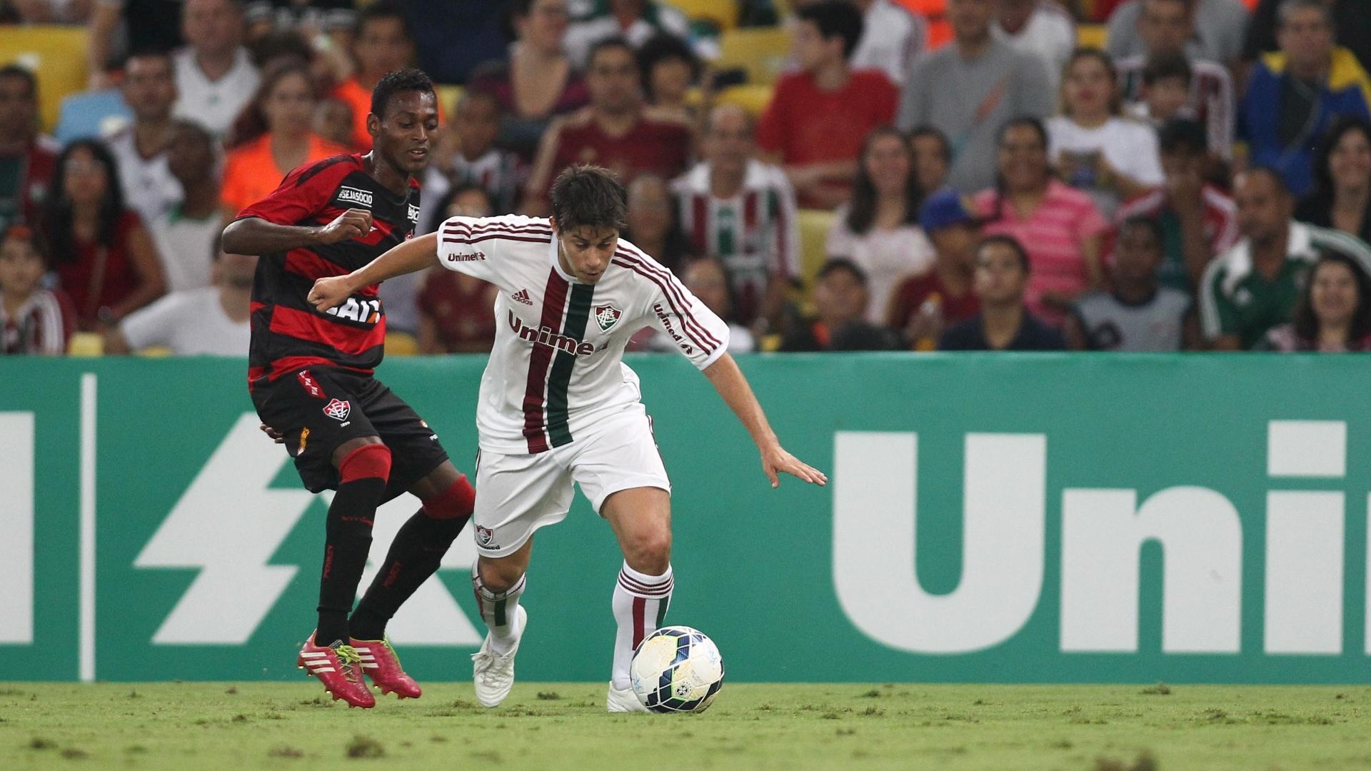 3.mai.2014 - Conca tenta se livrar da marcação de Marquinhos durante a partida entre Fluminense e Vitória, no Maracanã