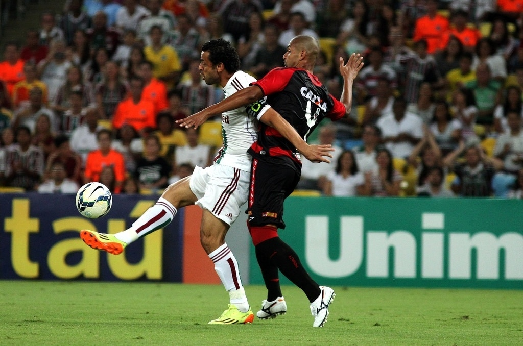3.mai.2014 - Marcado de perto por Dão, Fred tenta dominar a partida em jogada de ataque do Fluminense
