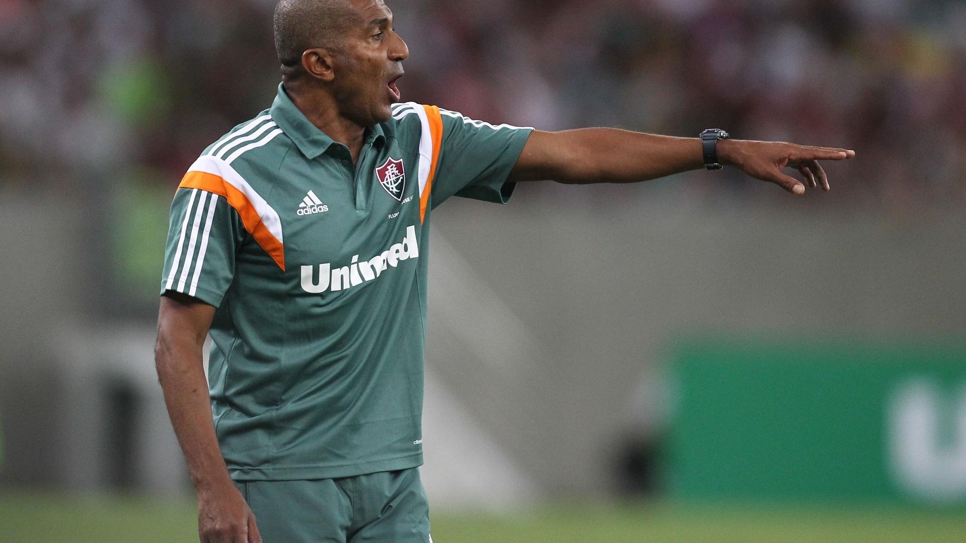3.mai.2014 - Técnico Cristóvão Borges orienta seus jogadores na partida contra o Vitória